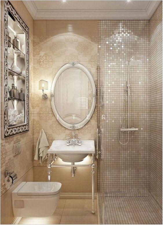 Banheiro com proposta antiga. As pastilhas são douradas e os metais em prata.