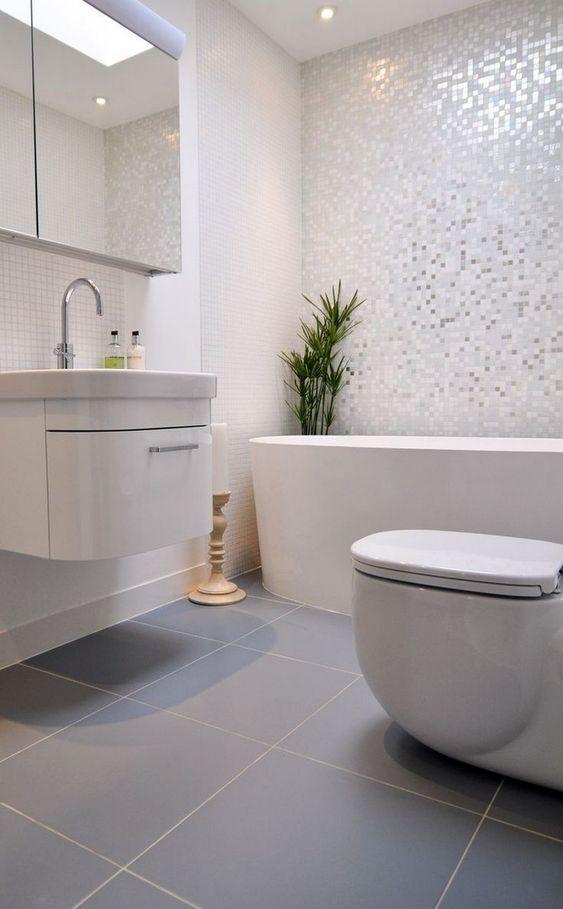 Banheiro planejado minimalista em tons de branco e cinza.