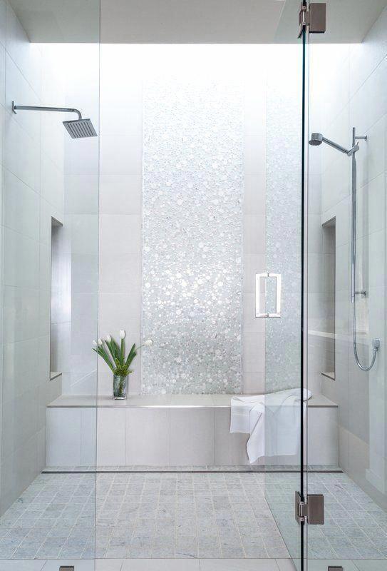 Banheiro planejado com pastilhas brilhantes nos tons de branco e cinza.
