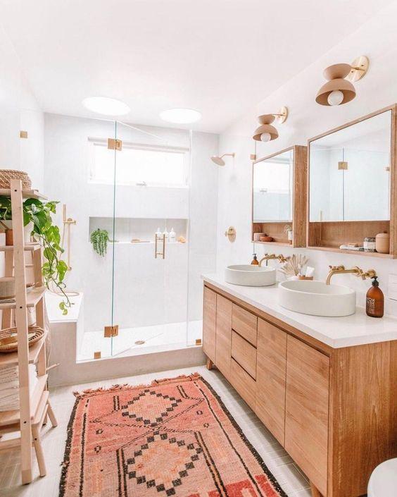 Banheiro planejado com móvel em madeira.