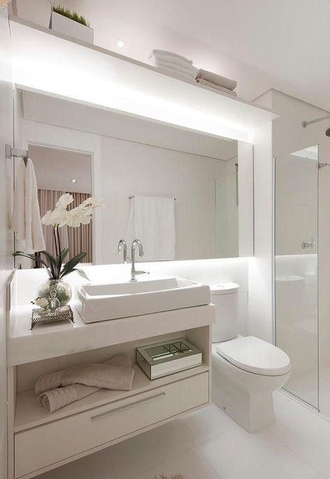 Espelho quadrado amplifica o banheiro pequeno planejado.