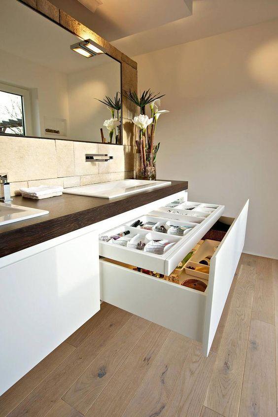 Banheiro moderno com ar feminino e delicado. Gabinete planejado e organizado.