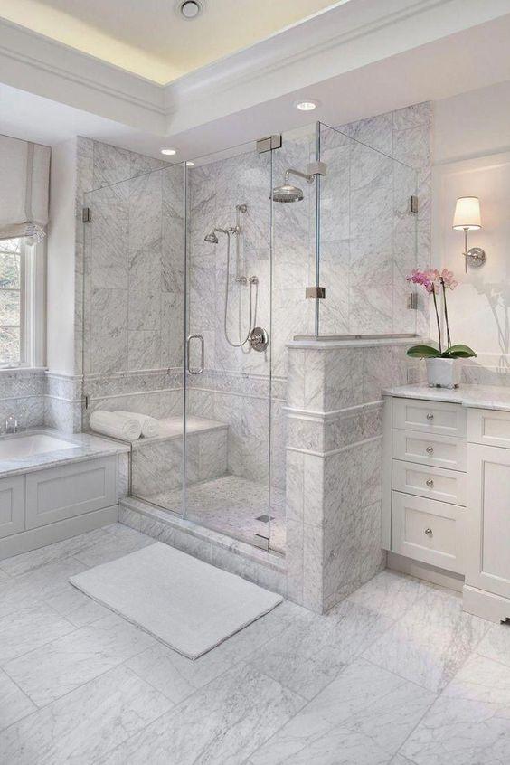 Revestimento em mármore e gabinete ao estilo provençal. Ambiente bem romântico.