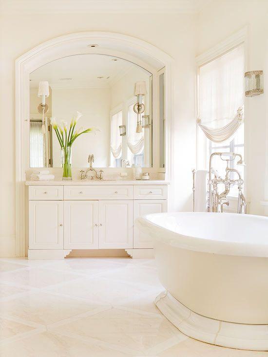 Ambiente romântico, clássico e feminino. Totalmente branco. O detalhe fica por conta das flores de tulipa sob a bancada.