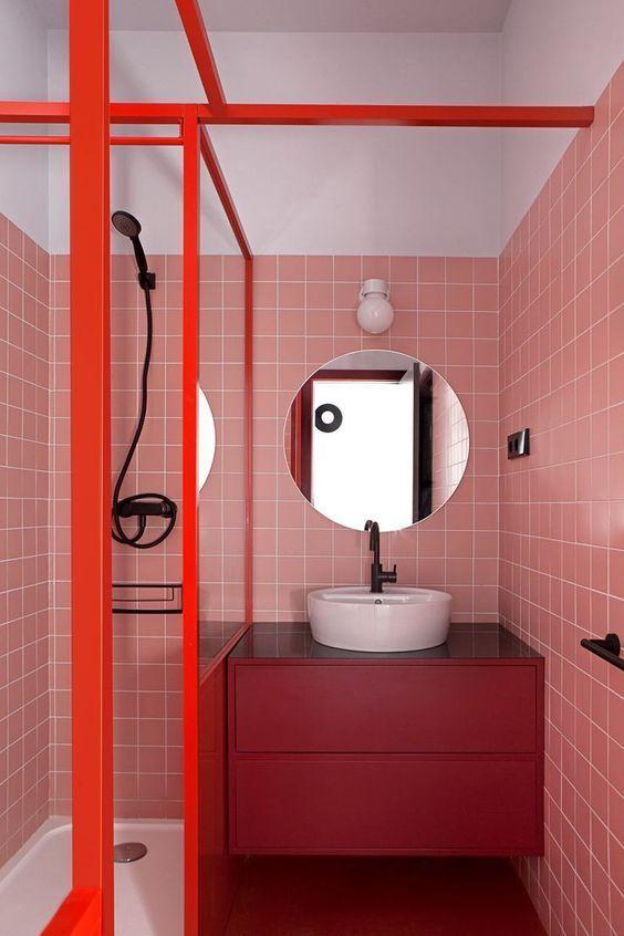 Banheiro planejado pequeno e criativo. Os tons em vermelho e rosa trouxeram alegria ao ambiente.