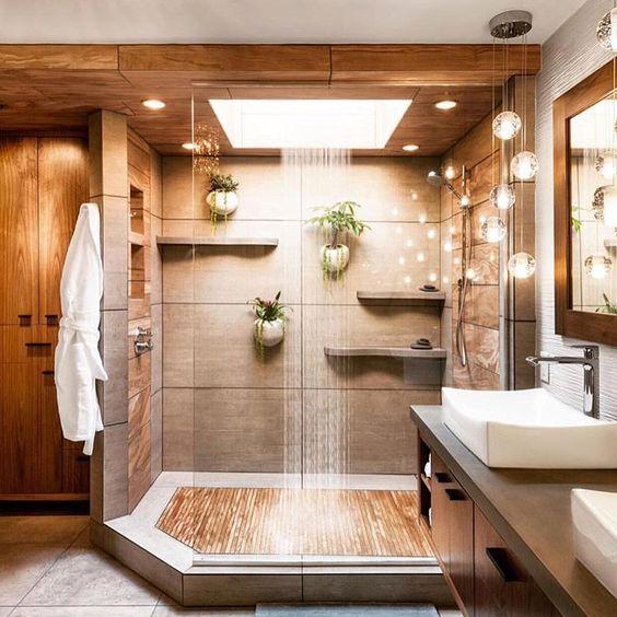 Proposta super diferente utilizando muitos elementos em madeira. Trouxe sofisticação ao banheiro espaçoso.