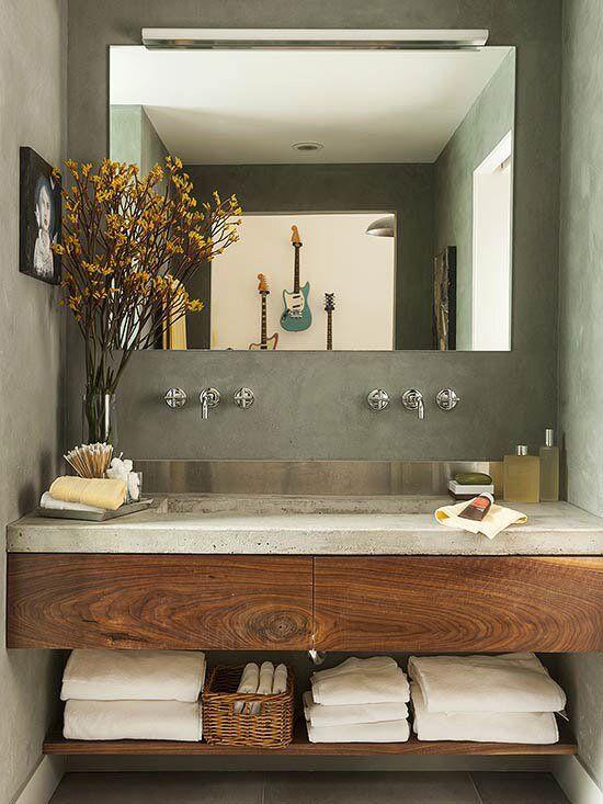 Ambiente charmoso e minimalista. Banheiro planejado pequeno. Elementos utilizado cimento e madeira.