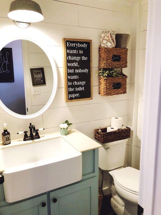 Banheiro simples e pequeno em uma proposta retrô.