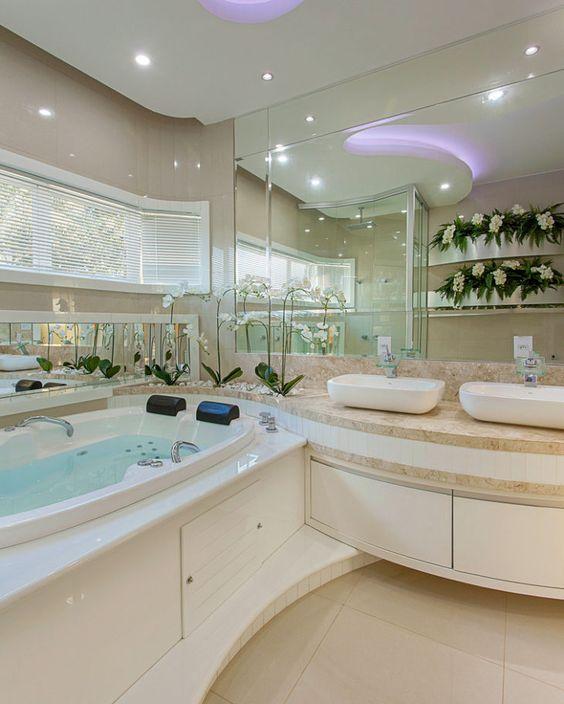 Banheiro planeado com banheira. Totalmente clean. As orquídeas dão feminilidade ao ambiente.