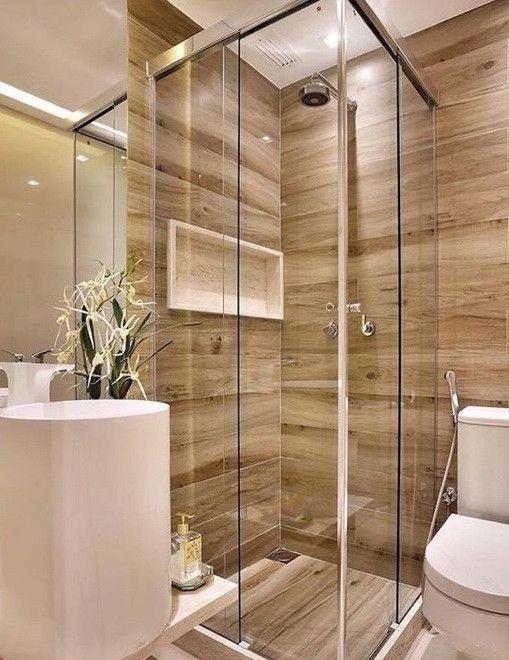 Banheiro planejado pequeno com revestimento de madeira.