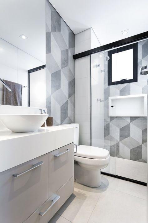 Banheiro planejado na cor cinza e com revestimento geométrico e esquadrias na cor preta.