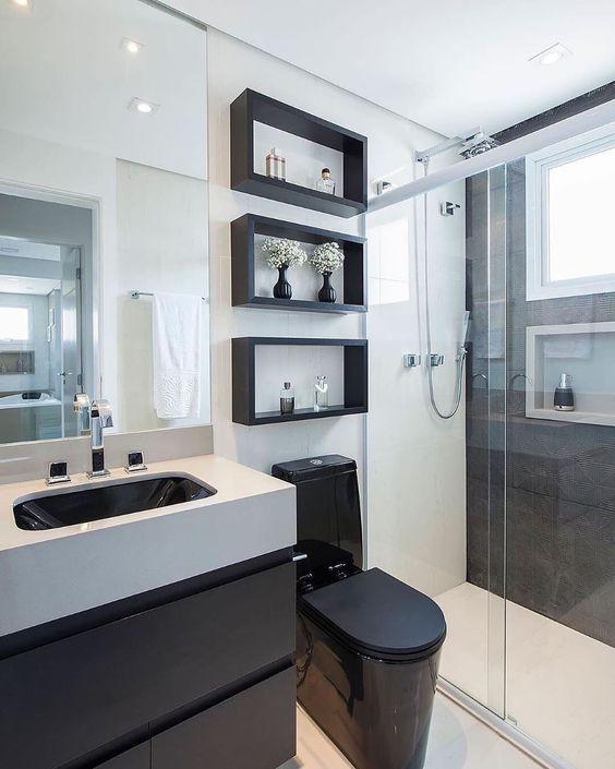 Banheiro moderno com decoração mesclando a cor branca e preto.
