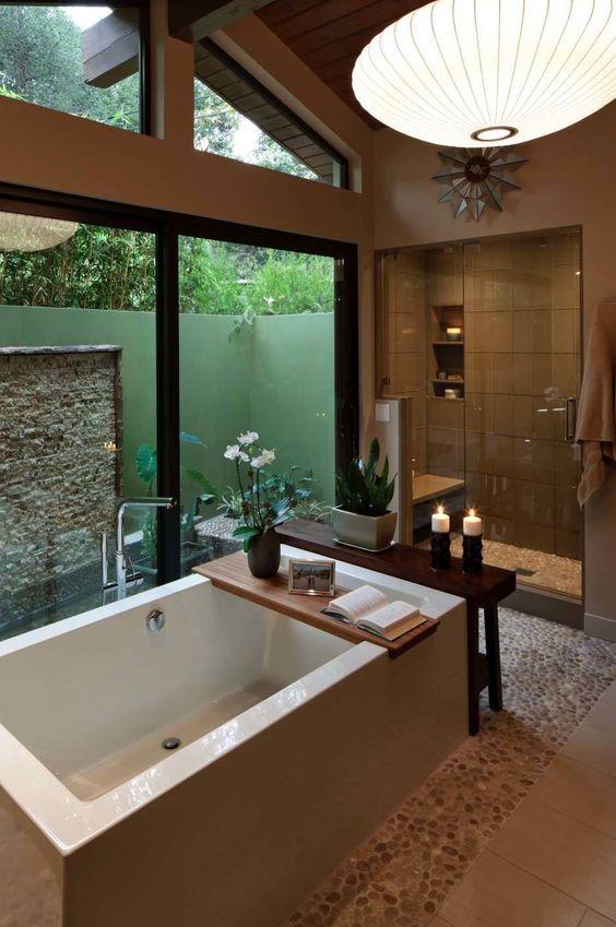 Banheiro com clima romântico e retrô. Tons amadeirados e pedras no chão.