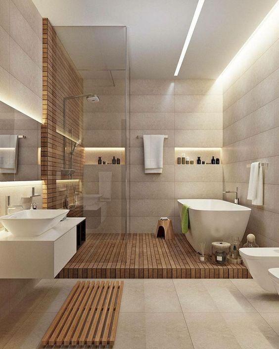 Banheiro espaçoso minimalista com revestimento em cerâmica e madeira.