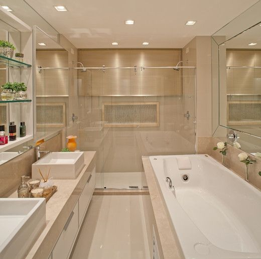 Banheiro clean e elegante. Tons claros na parede e revestimento.