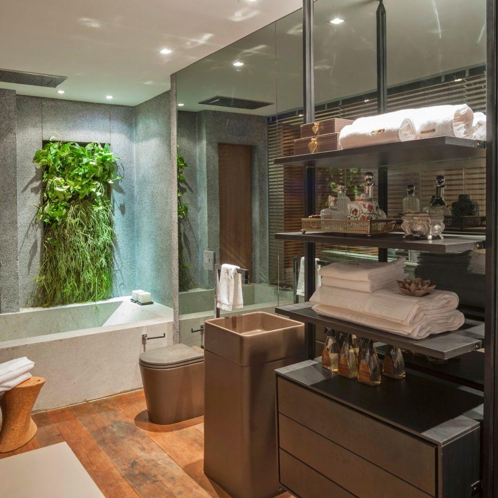 Banheiro com revestimento cinza com vidros e cuba.