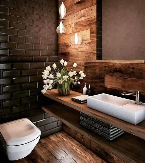 Banheiro em revestimento em madeira. Cuba sob gabinete em madeira.