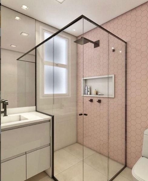 Banheiro com proposta feminina para adolescente com revestimento rosa.