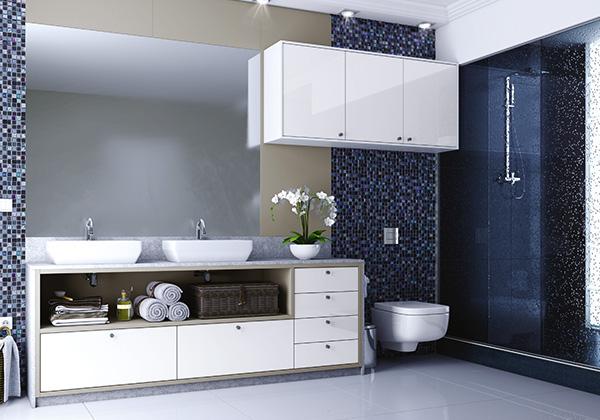 Banheiro espaçoso com armários planejados.