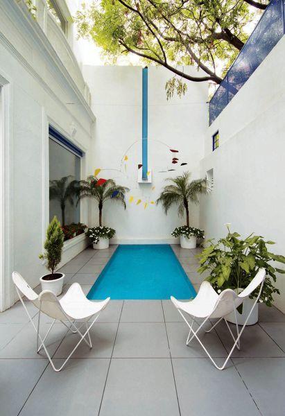 Área de lazer com piscina pequena.
