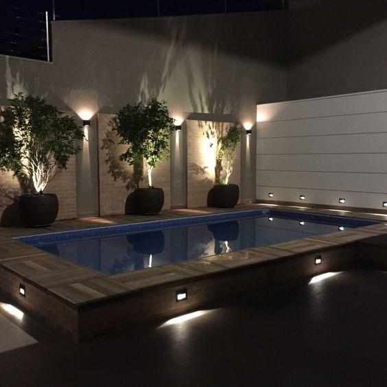 Deck de piscina iluminada.
