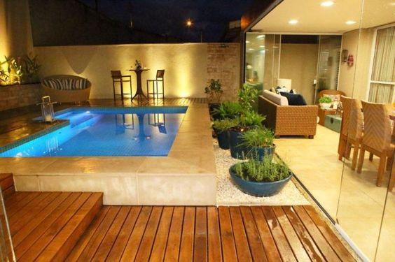 Área de lazer com piscina iluminada.