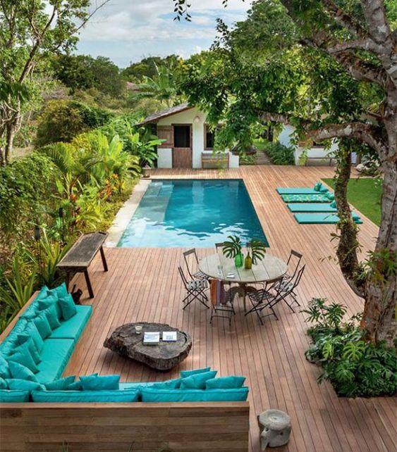 Grande área de lazer com piscina.
