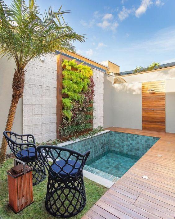 Jardim vertical com piscina.
