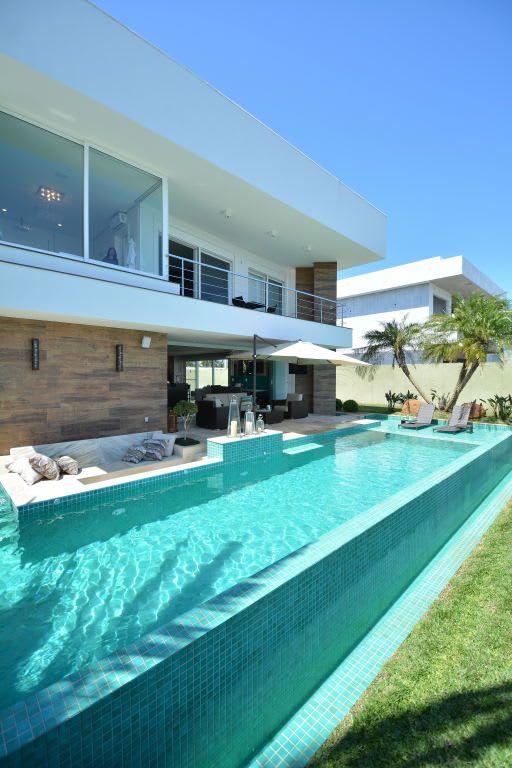 Área de lazer com piscina de borda infinita