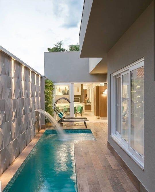 Área de lazer com piscina retangular