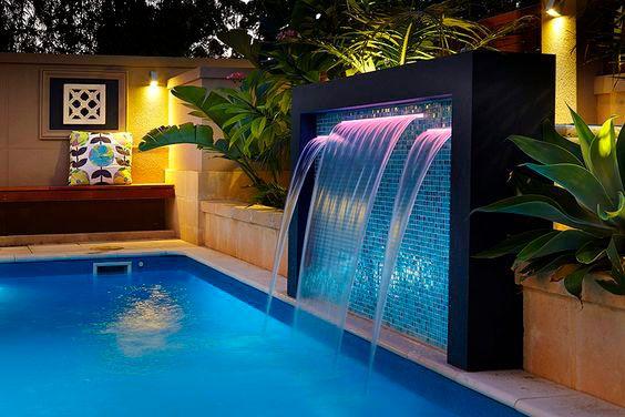 Fonte de azuleijo na piscina