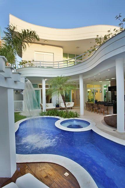 Área de lazer com piscina em formato abstrato.