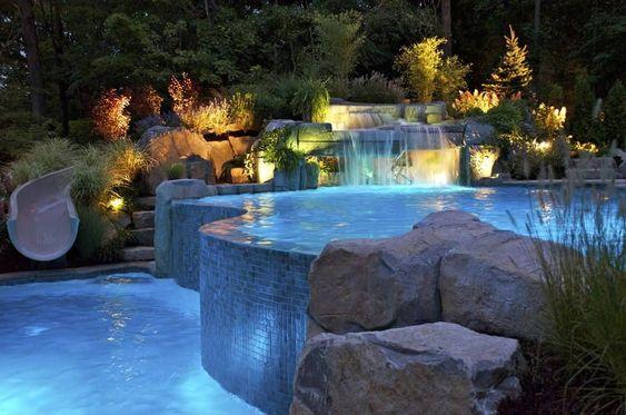 Área de lazer com piscina grande com queda de cachoeira