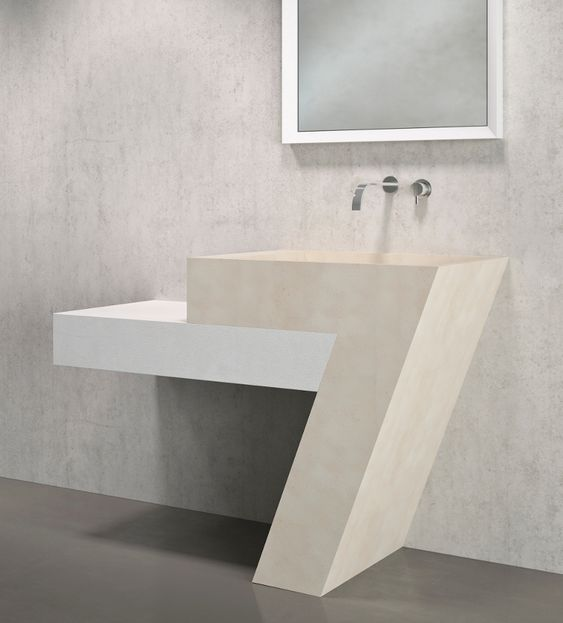 Banheiro decorado na cor branca com pia e prateleira.
