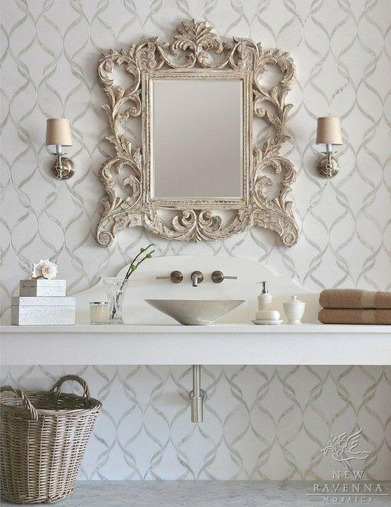 Banheiro decorado com moldura clássica em espelho.