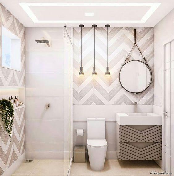 Banheiro decorado com espelho redondo segurado por tiras.