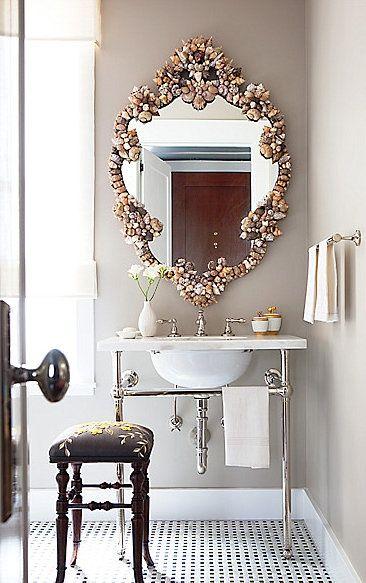 Banheiro decorado com moldura de espelho de pedrarias.