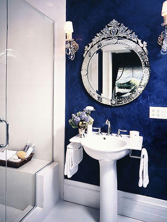Espelho redondo com moldura esculpida com o próprio espelho.