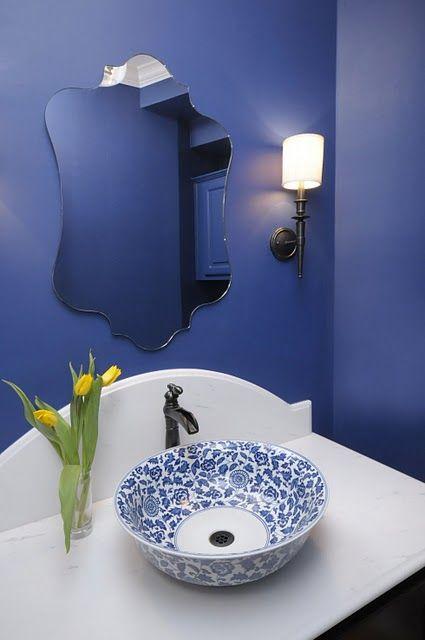 Banheiro decorado com espelho com corte clássico e sem moldura.