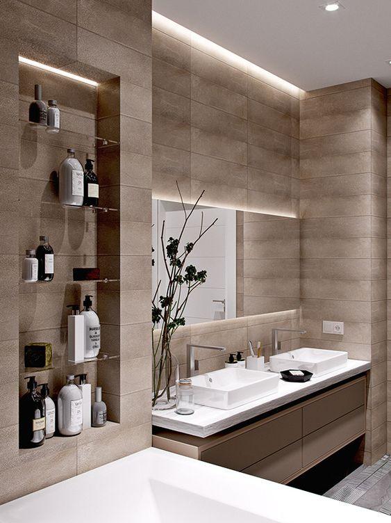 Banheiro decorado com um nicho embutido ao lado da pia com prateleiras de vidro.