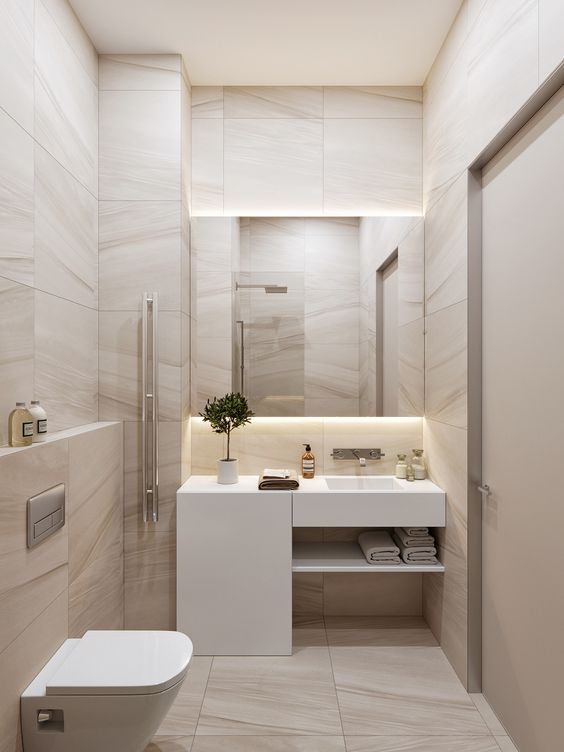 Banheiro com uma prateleira para toalhas embaixo da pia.