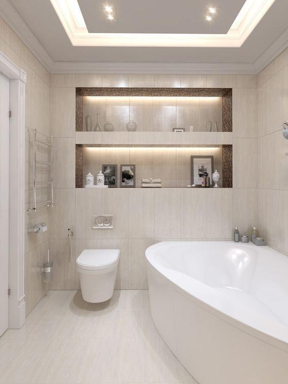 Banheiro decorado com dois grande nichos embutidos e iluminados.