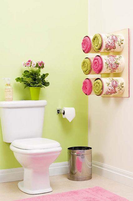 Banheiro decorado com porta toalhas floridos.