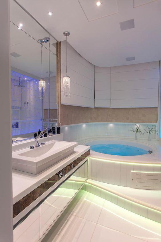 Grande banheira de hidromassagem em banheiro branco.