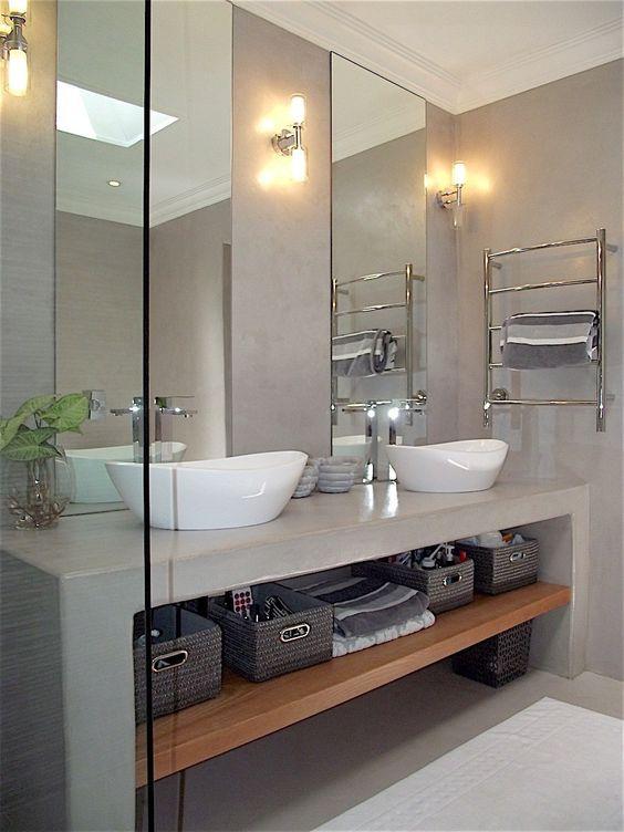 Banheiro decorado com duas cubas e dois espelho, lado a lado.