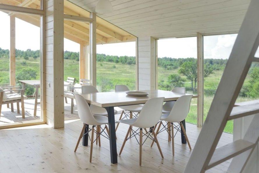 Casa pré-moldada com estrutura de madeira clara.
