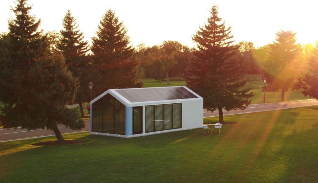 Casa com painel solar no teto.