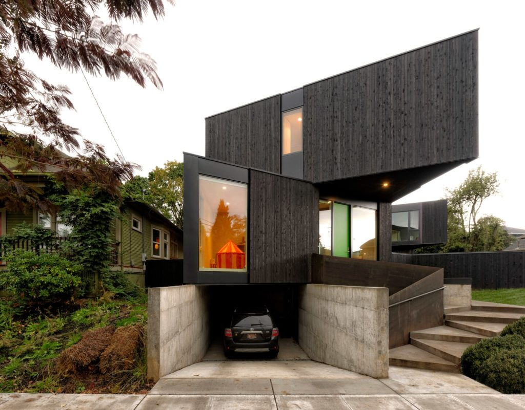 Casa com fachada triangular.