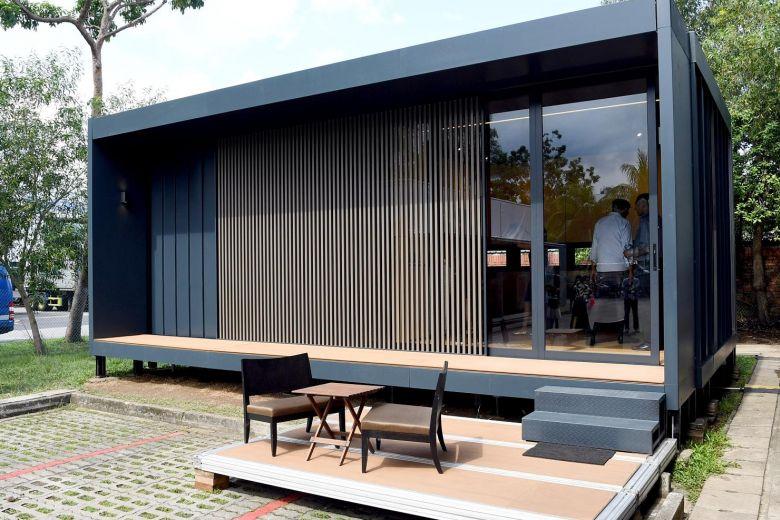 Casa pré-moldada com estrutura de ferro preto.