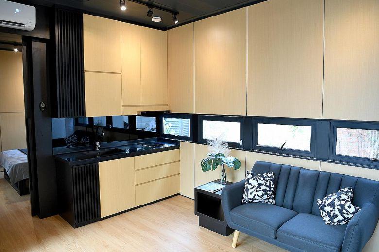 Interior de uma casa pré-moldada moderna e compacta.